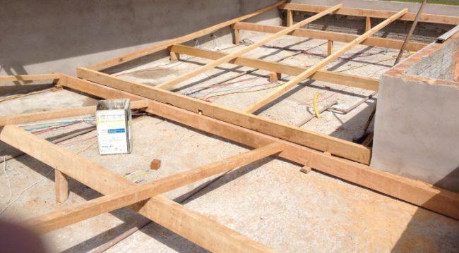estrutura de madeira para telhado escondido